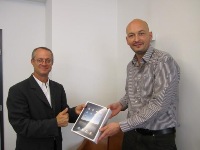 Monsieur Yves MENOUD  (à droite)  , Directeur, remet l'iPad à Monsieur Christian JORDAN (à gauche).