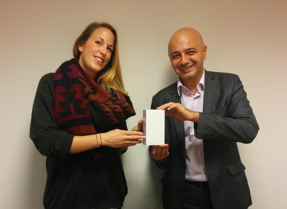Monsieur Rotto-Balli, membre du Conseil de fondation NODE LPP, remet l'iPhone 6 à Madame Rebuffat, cofondatrice de la société BarkingCat Sàrl.