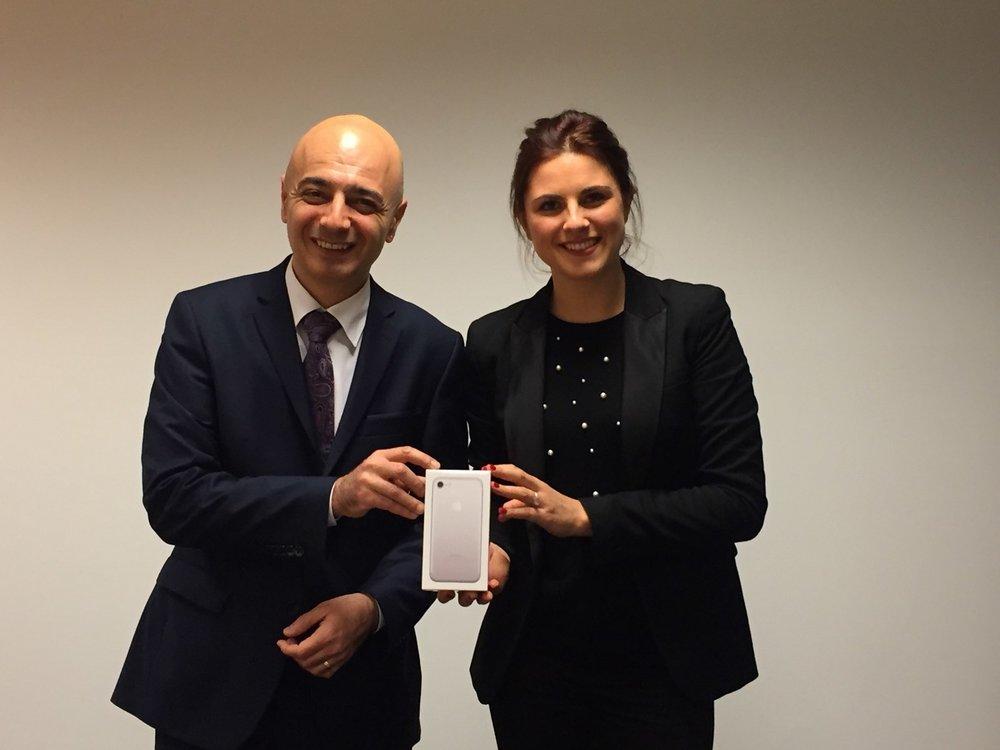 Monsieur Rotto-Balli, membre du Conseil de fondation NODE LPP, remet l'iPhone 7 à Madame Mélissa Parsoud, de Albedis SA.