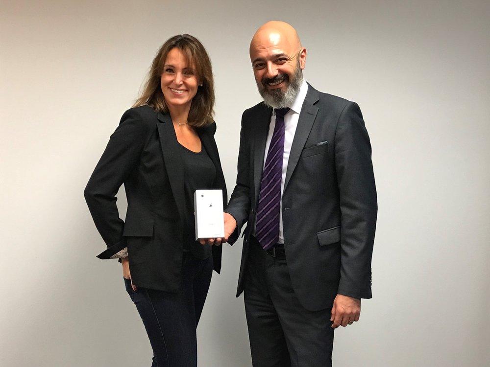 Monsieur Rotto-Balli, membre du Conseil de fondation NODE LPP, remet l'iPhone 8 à Madame  Lucile Séchaud de Fit1Job SA .