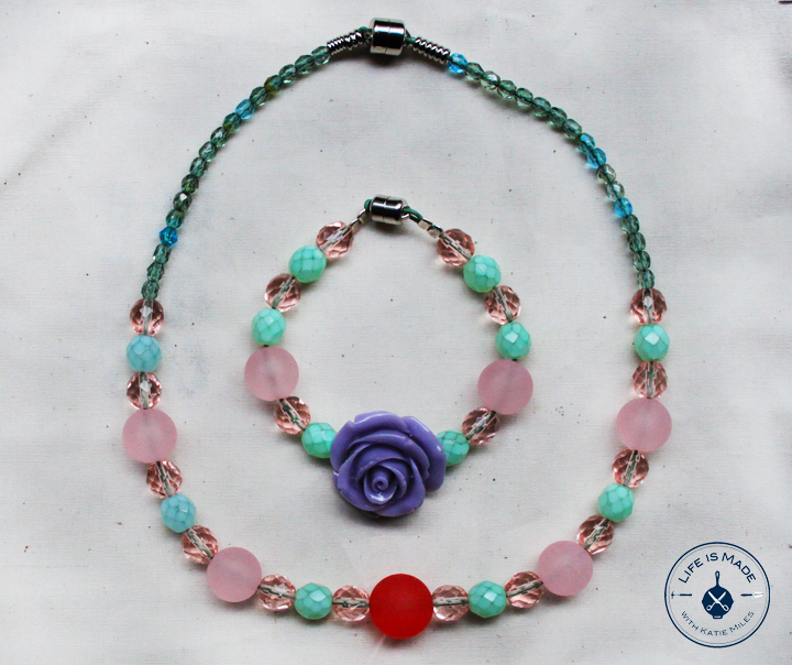 How to make a beaded necklace for a little girl