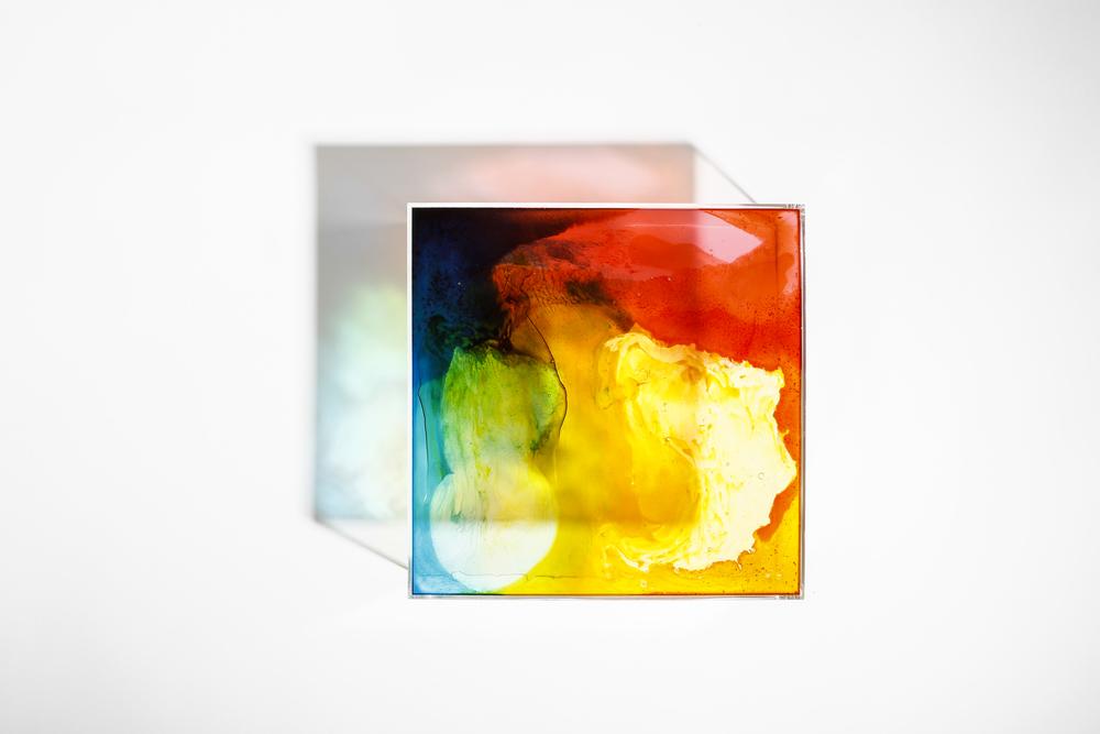 Piezas de metacrilato 30x30x8cm y pintura a base de gominolas. Cada pieza tiene su caja a medida, y sus aromas correspondientes.  Proyección sobre la pared. Paso de la luz a través de la superficie de metacrilato y pintura de alta densidad. Fotos por Pablo Gómez Ogando