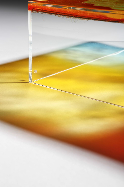 Detalle de la proyección. Piezas de metacrilato 30x30x8cm y pintura a base de gominolas. Fotos por Pablo Gómez Ogando