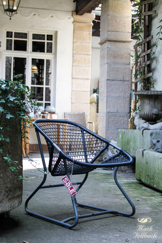"""Extrem gemütlicher Sessel """" Sixties"""" aus wetterfestem Geflecht von Fermob. Jetzt €238 inkl. MwSt. anstatt €340 inkl. MwSt. (Angebot bezieht sich auf beschriebenes Produkt und keine anderen Produkte auf der Abbildung)."""