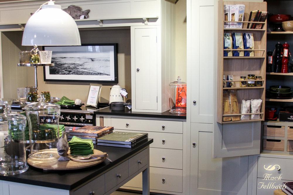 """Ausstellungsküche """"Suffolk"""" von Neptune Home. Diese großzügige Vollholzküche inklusive vieler Möbel, Insel mit Stühle und Armatur jetzt für €19.000 inkl. MwSt. anstatt €25.890 inkl. MwSt. (Angebot bezieht sich auf beschriebenes Produkt und keine anderen Produkte auf der Abbildung). Die Arbeitsplatte Nero Assoluto kann zu attraktiven Konditionen dazu erworben werden."""