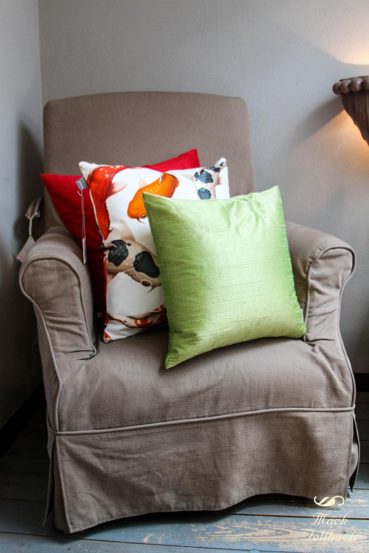 """Sessel """"VENICE"""" von Flamant bezogen mit Stoff """"Vintage Clay Brown"""". Jetzt €950 inkl. MwSt. anstatt €1200 inkl. MwSt. (Angebot bezieht sich auf beschriebenes Produkt und keine anderen Produkte auf der Abbildung). Höhe: 95cm, Breite:75cm, Tiefe 80cm."""