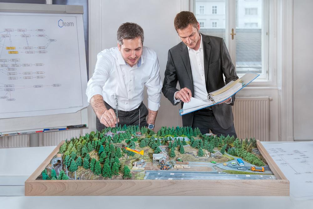 Systemarchitekten bei der Planung der Infrastruktur. Die beiden sind echt. Und sie stehen nicht vor der obligatorischen Flipchart...