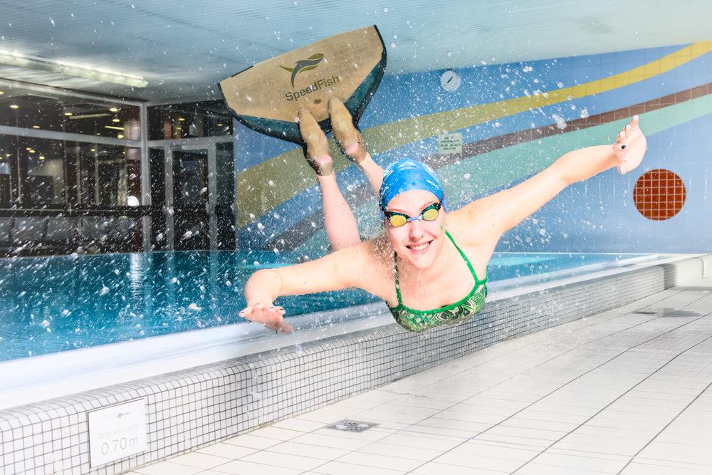 Die Schwimmerin fliegt samt ihrer Flosse direkt auf den Betrachter zu. Realistisch? Nein. Ungewöhnlich? Auf jeden Fall. Auffallend? Wohl auch.