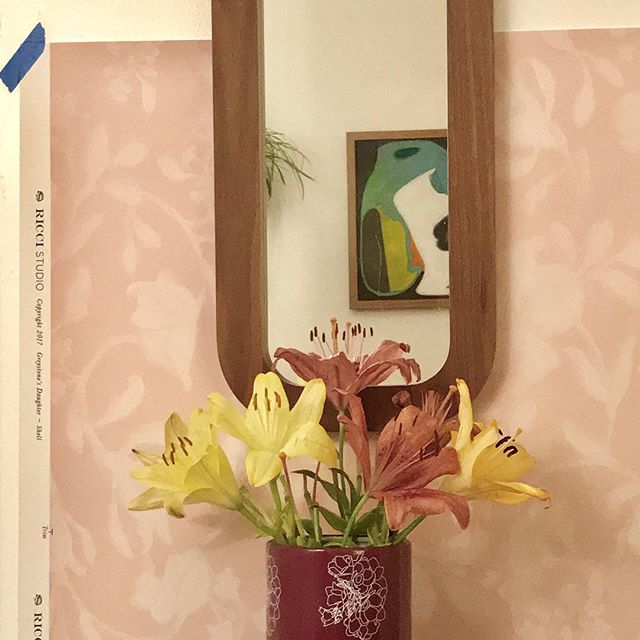 Abstract in the mirror.  #birthdayflowers #wallpaper #tapeitup with GREYSTONE'S DAUGHTER in SHELL