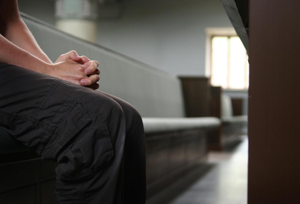 rukoilla nainen ihminen kädet kirkonpenkki rauha seesteinen.jpg