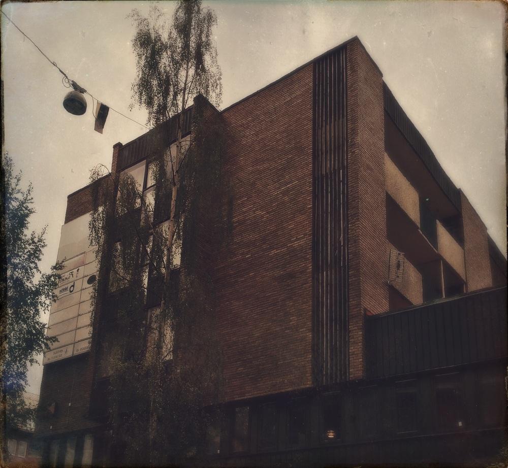 Husen vrängs mot sin avigsida, som så ofta i rötmånadens efterdyningar.