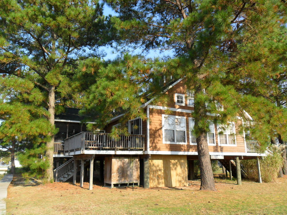 The rear is canal front and features a deck and a screened porch (you need a screened porch in Chincoteague!)