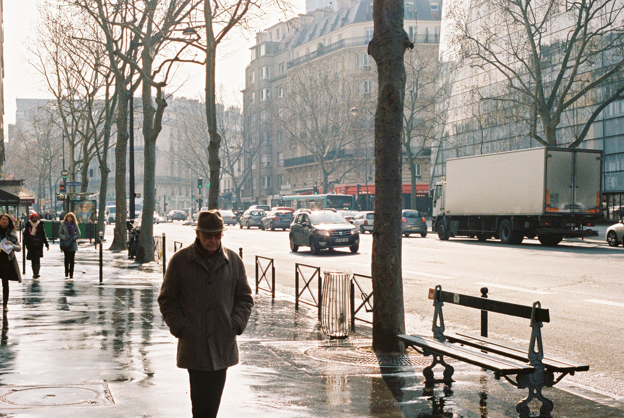 walking with hat paris