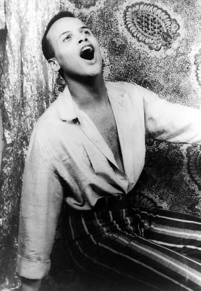 Harry_Belafonte_singing_1954