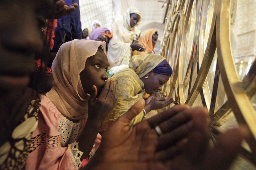 WOMEN PRAY AT THE TOMB OF CHEIK AHMADOUA BAMBA MBACKÉ