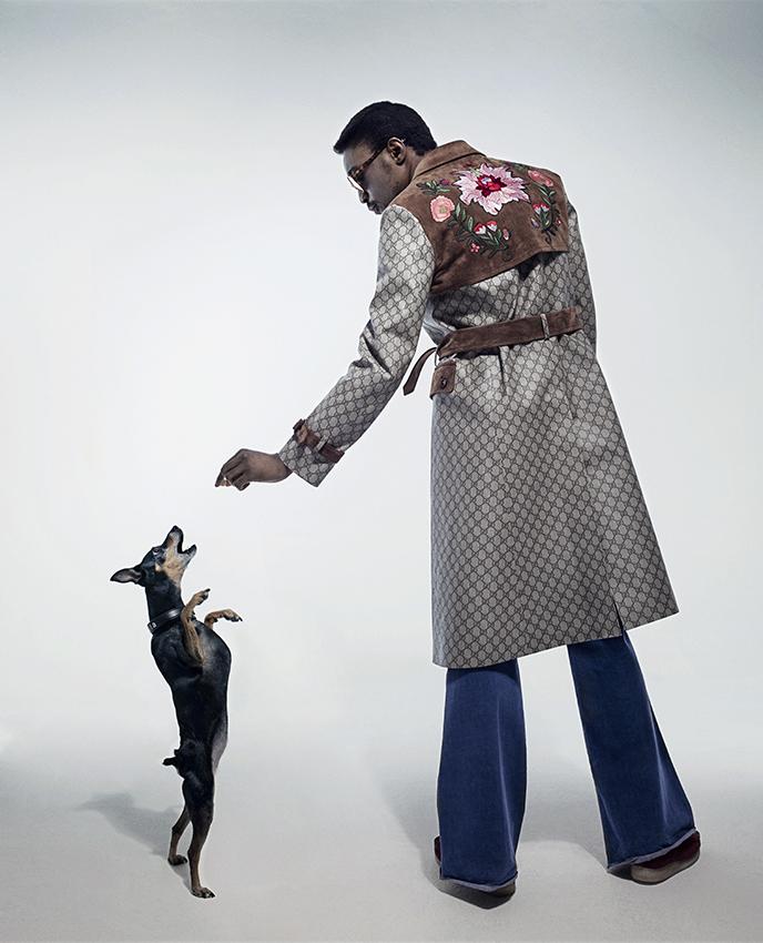 John Grvy cantante con abrigo de Gucci