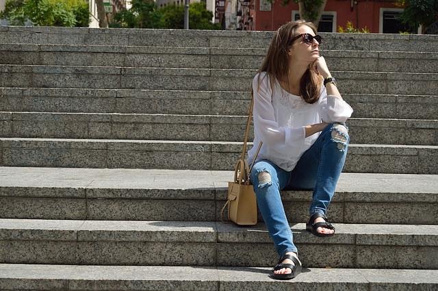 """ lara-vazquez-madlula-blog-fashion-jeans-shirt-white "" by  Lara Vázquez   CC BY-ND 2.0"
