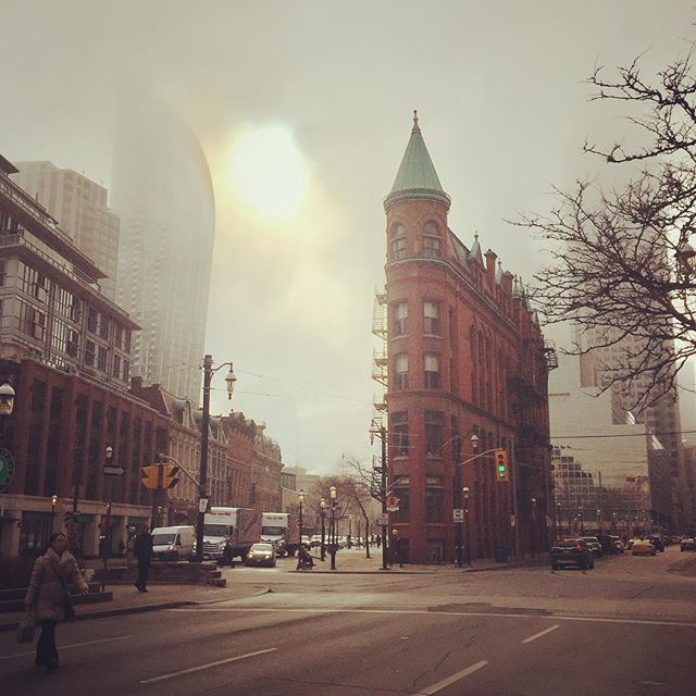 Foggy day in Toronto! #blogto #fogto #coldday #winterweather #downtowntoronto #foggydays #flatirontoronto #sunrays #chilly #weatherday #moodygram