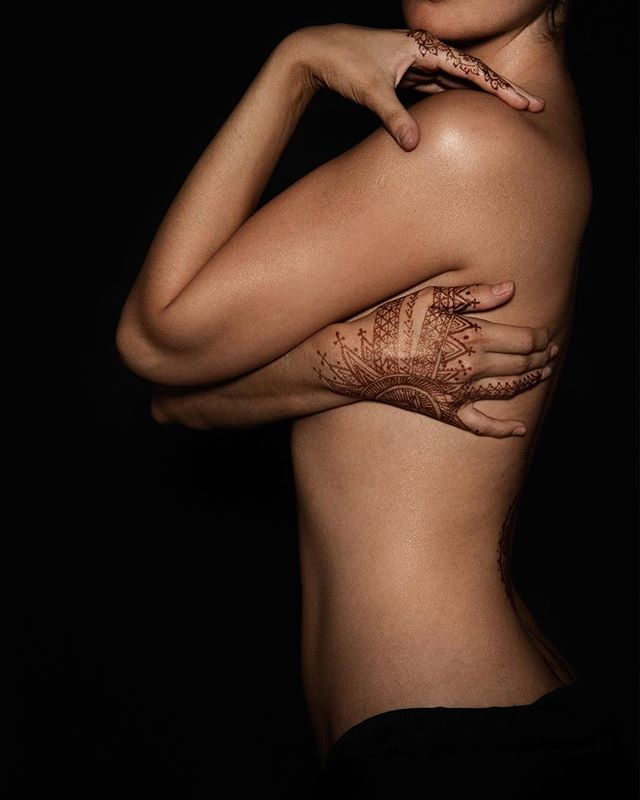 Gorgeous curves with a hint of #henna ❤️💋👯 #photography @belindamullerphoto #model Sabina Anar #curvywomen #bodypositive #bodydecoration #bodyart #sensual #sexy #hennartist #hennadesign #bodygoals