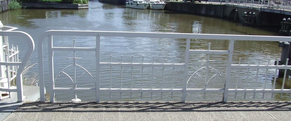 Leuning Franekereindsbrug in Harlingen: een geklonken replica (25 jaar geleden door ons gemaakt).