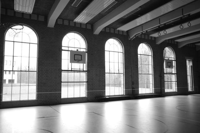 Meridiaancollege; de gymzaal met stalen ramen
