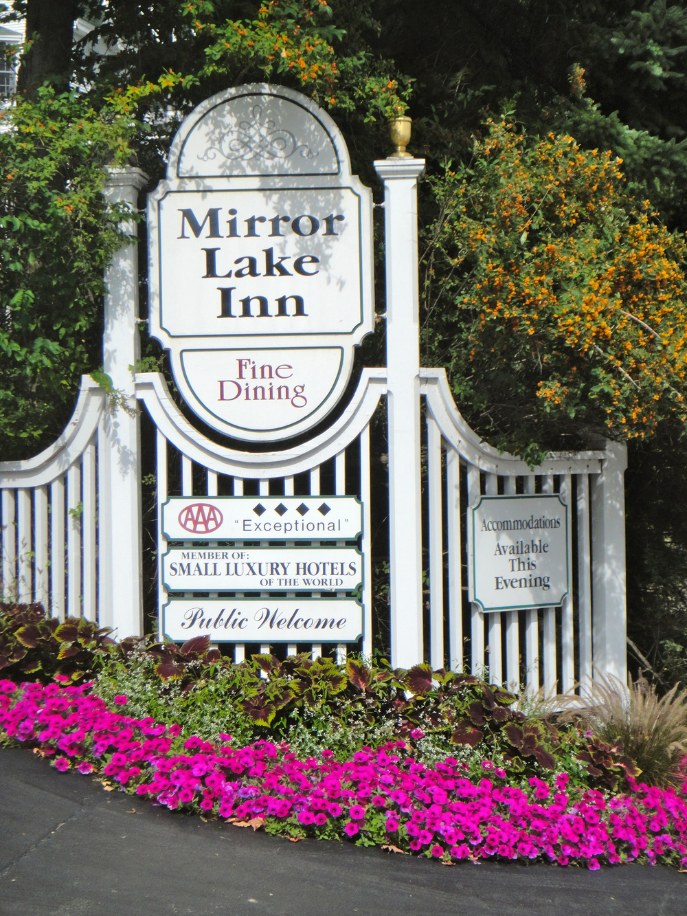 Mirror Lake inn signage