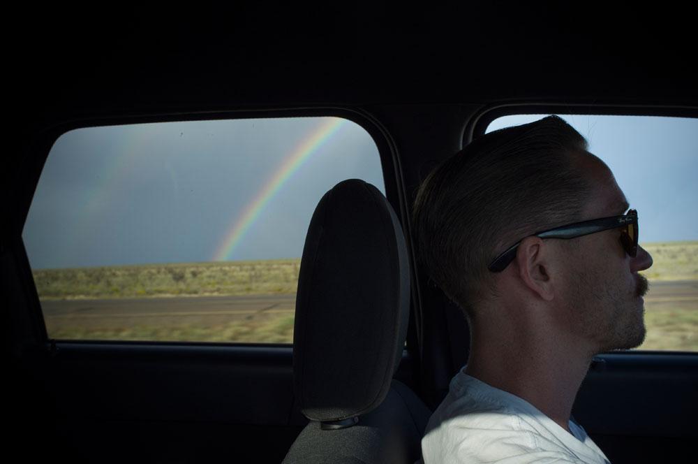 Ung mann og regnbuer.