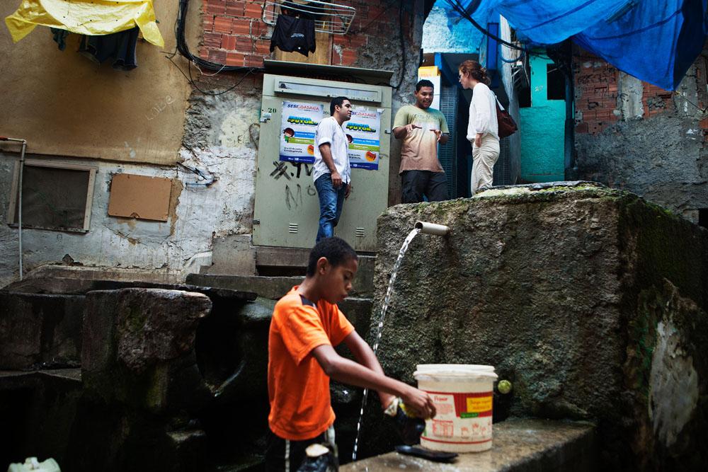 Med bærekraftsjefen i Storebrand på feltbesøk i favelaen Santa Marta.