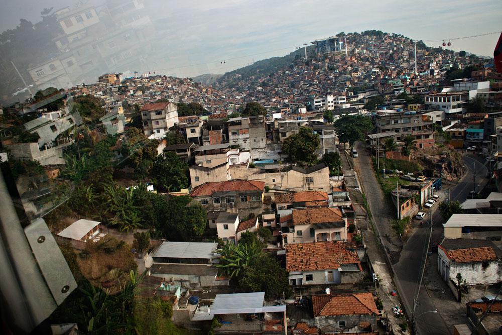 Complexo do Alemão er Rio de Janeiros største samling av favelaer, som Brasils fattige og uregulerte boligområder kalles.