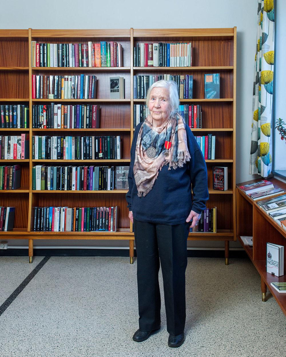 Odda bibliotek  Biblioteknr.: NO-2122800 Odda, Hordaland Fotografert: 2015  Rådhuset i Odda sto ferdig i 1957 og huser både biblioteket og kinoen. Tegningene viste egentlig et lokale på 125 kvadratmeter, men daværende biblioteksjef Dordei Nesheim Raaen var alt annet enn fornøyd. Etter intens lobbyvirksomhet fikk biblioteket til slutt 750 kvadratmeter.    Dordei Nesheim Raaen ble tildelt Kongens fortjenstmedalje for sin innsats som biblioteksjef i Odda 1949–1983.