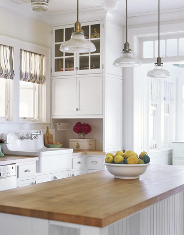 White-Kitchen-With-Island-HTOURS0107-de.jpg