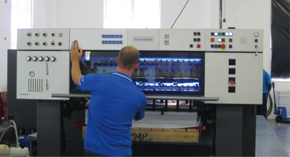 Pictured: Andreas Stegemann at the delivery of the refurbished Heidelberg SM 102 fitted with AMS LED-UV technology