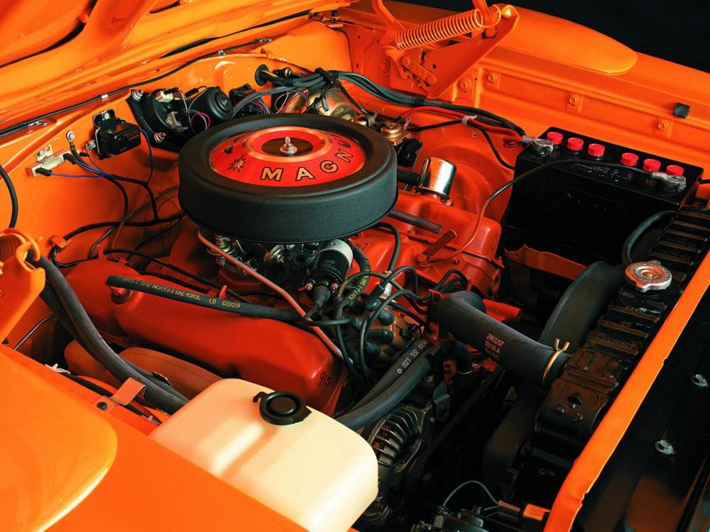 Dodge Charger Daytona 1969 orange engine.jpg