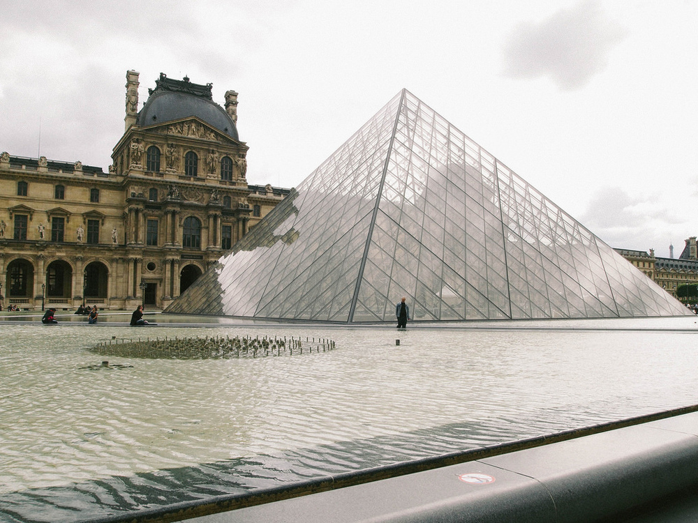 Look, I even took a photo of the Lourve.