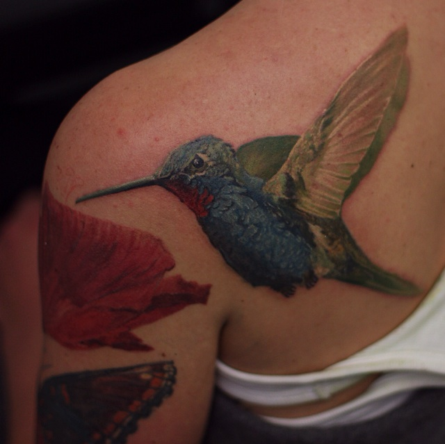 Photorealisitc hummingbird tattoo on shoulder