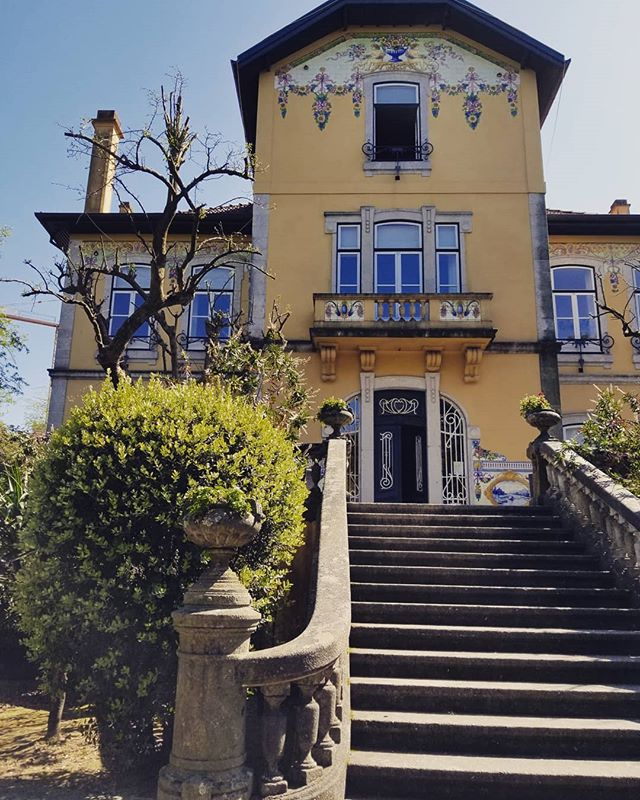 This house was beautiful with an incredible layout ... LOADS of potential and  great wine tour. 😉 🥂👌🏻 #letsmakehouseslikethisagain #porto #portugal