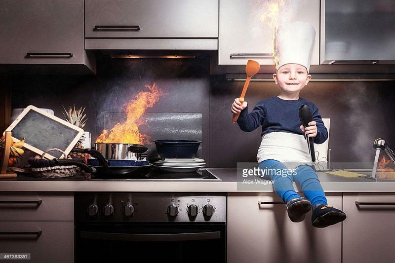 Dafür dass es überall brennt, ist das Kind noch sehr ruhig. Mich beunruhigt vor allem die Messi-Ecke links des Herdes.