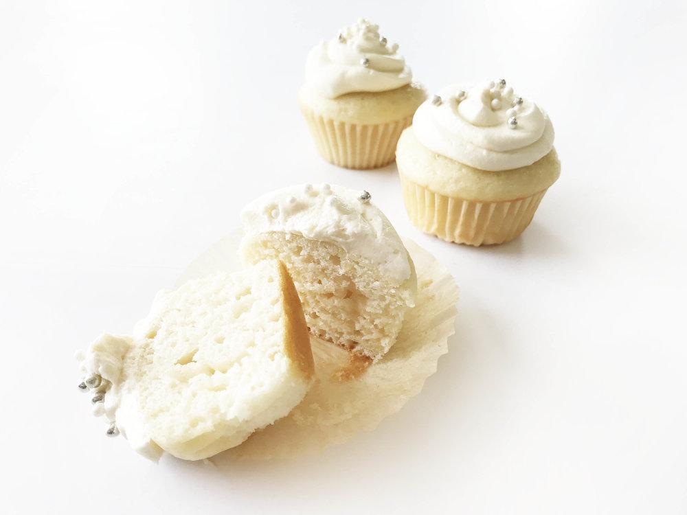 white-wedding-cupcakes15.jpg