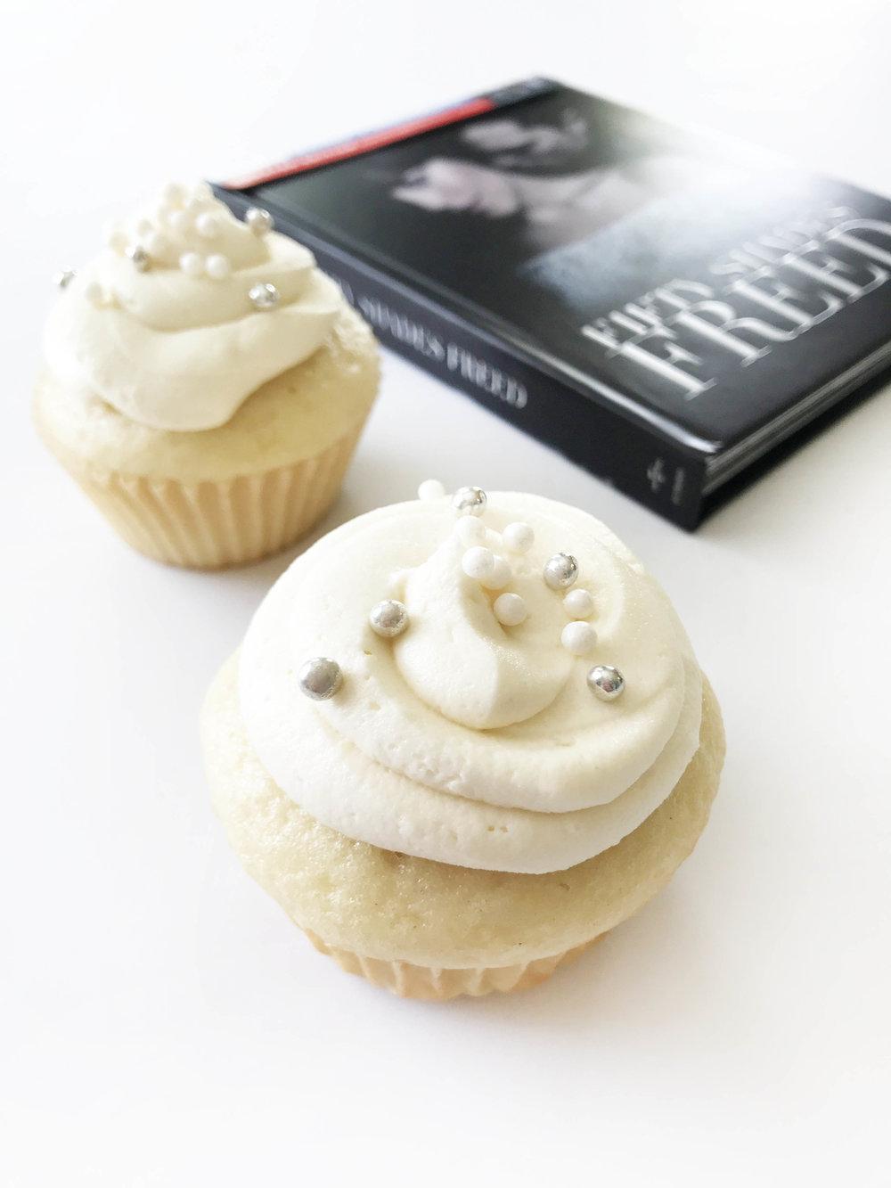 white-wedding-cupcakes10.jpg