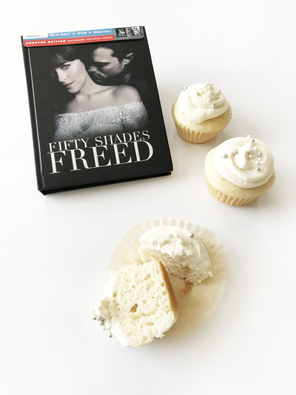 white-wedding-cupcakes14.jpg