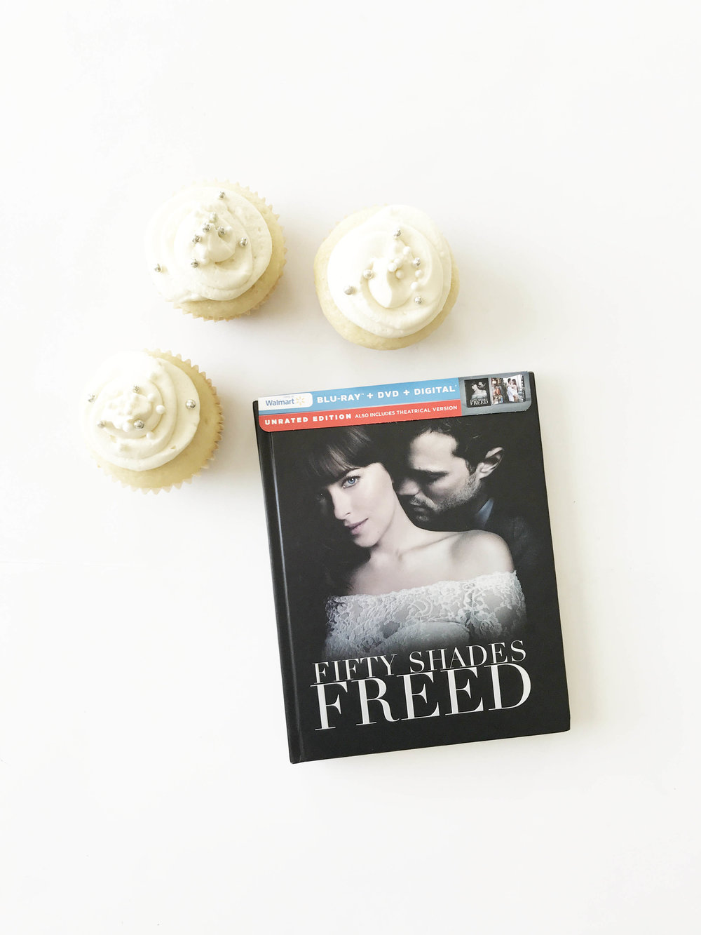 white-wedding-cupcakes9.jpg