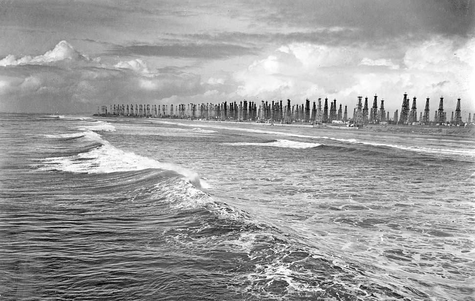 Oil wells on coastline 1940 - LA Times.jpg
