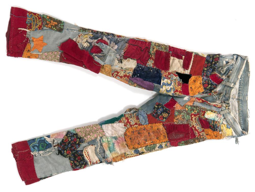 """Lorna Doone's patched jeans sind Teil der """"1968 Exhibit"""" (Ausstellung) in dem Oakland Museum in Kalifornien, VS:"""