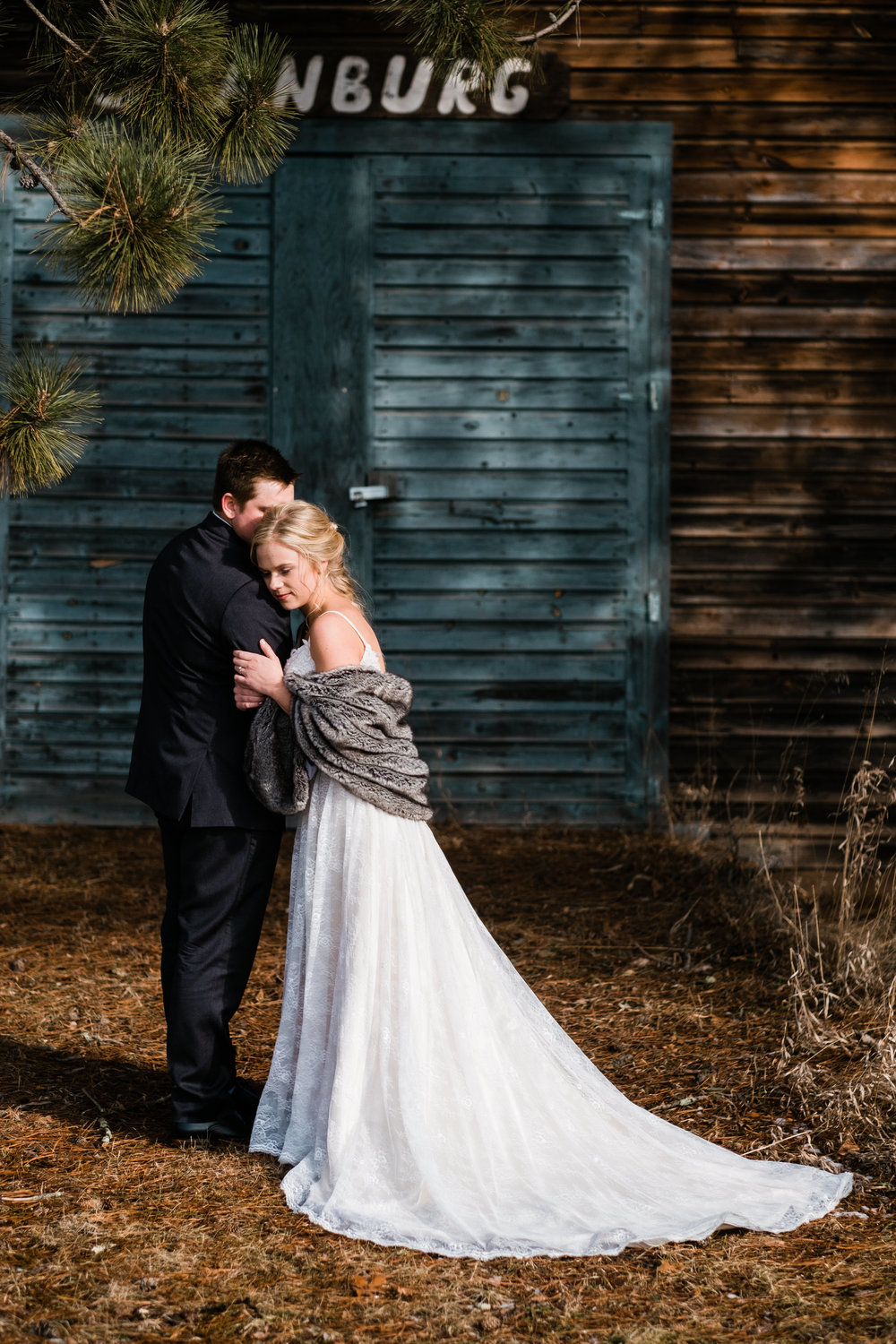 brainerd wedding photographer at a winter barn