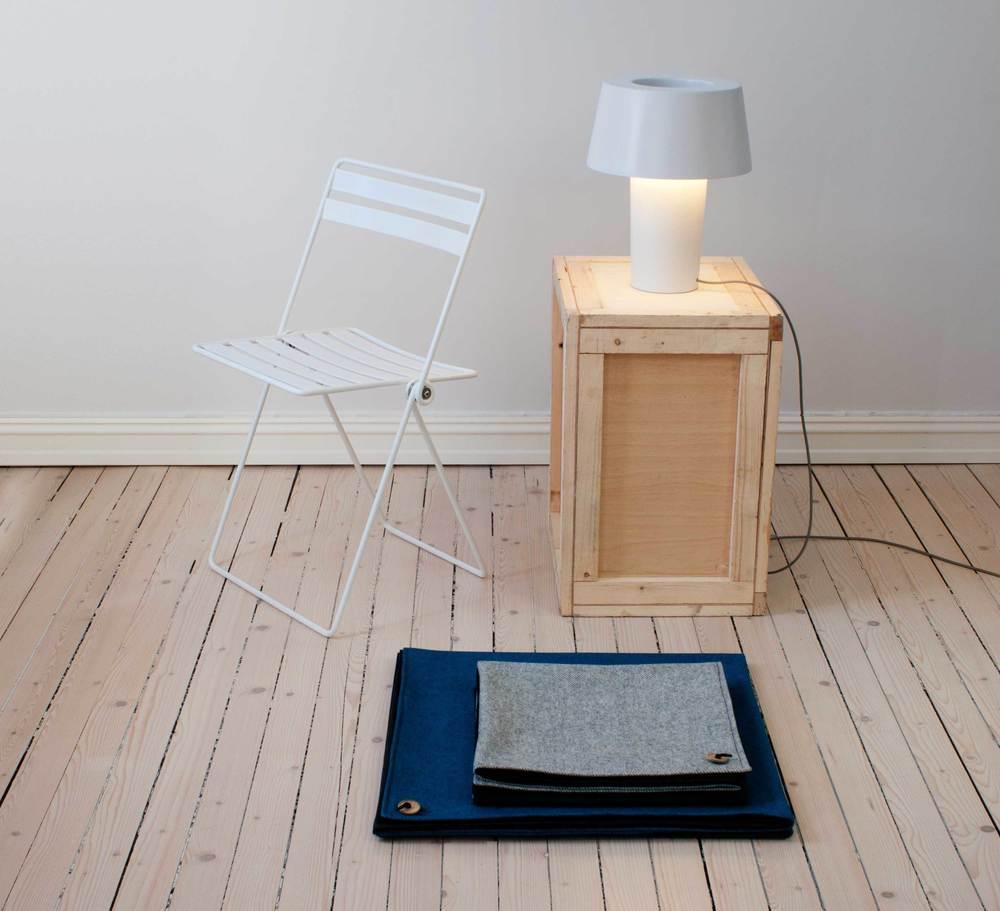 Cadeira Coiled/ Toalha de Picnic Knapp/ Abajour de Mesa Hollow Light, peças do designerbritânicoThomas Jenkins,que hoje tem seu studio em Oslo, Noruega