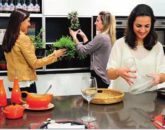A equipe do Madi arrumando o ambiente para as fotos - Fonte: Revista em Casa - Junho/2013