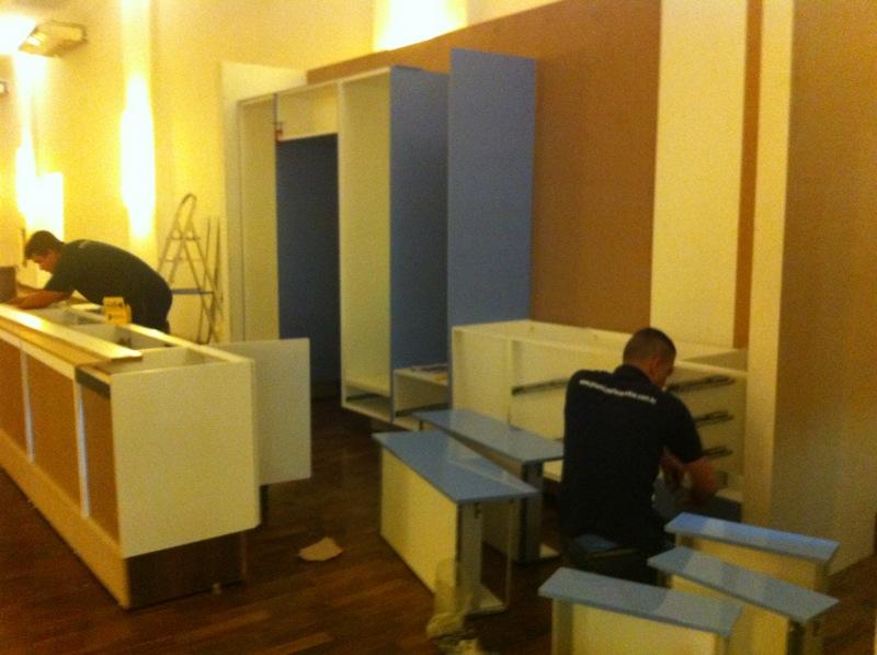 Os instaladores da Celmar caprichando na cozinha! - Foto: Madi Arquitetura e Design
