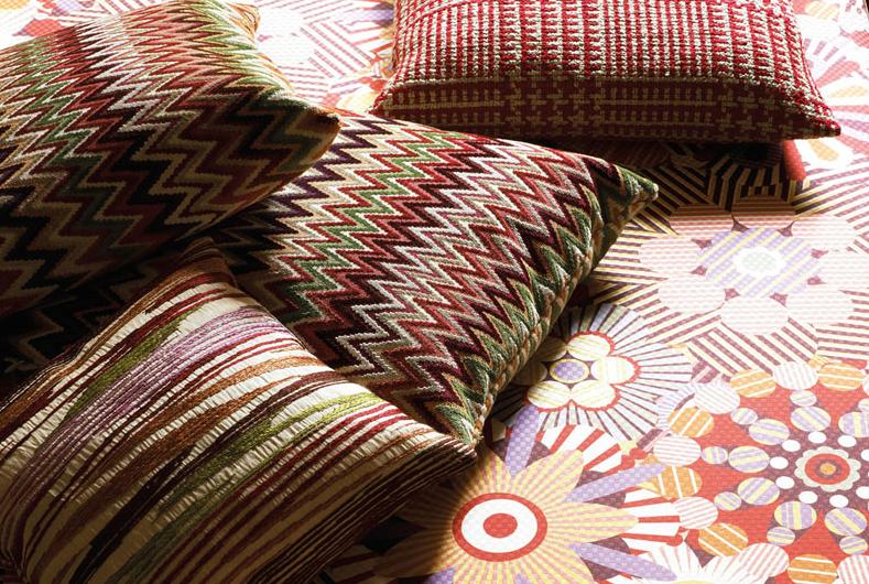 Almofadas e tecidos com estampas diversas - Fonte:http://www.missonihome.com.br/#/colecao
