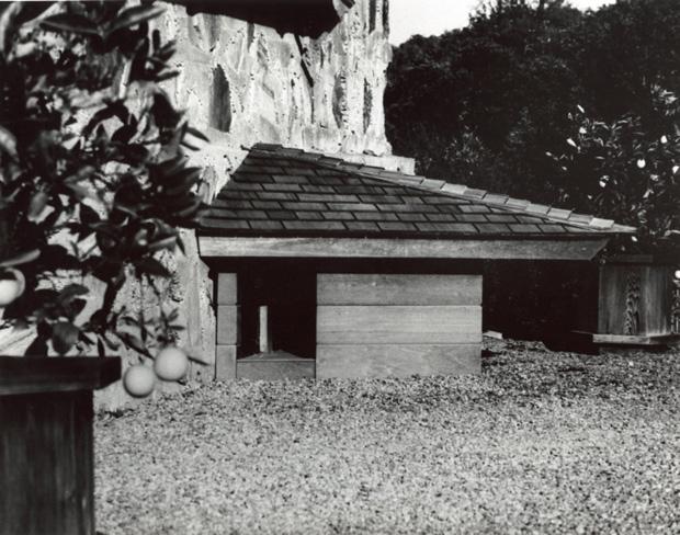 Foto da casa de cachorro projetada pelo arquiteto Frank L. Wright - Fonte:http://casavogue.globo.com/Arquitetura/noticia/2012/03/casa-de-cachorro-de-frank-lloyd-wright.html