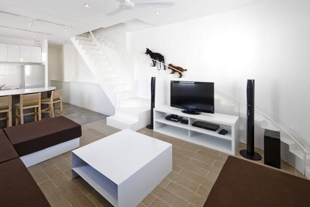 Foto da escada para cachorros - Fonte: http://casavogue.globo.com/Arquitetura/noticia/2013/07/casa-cachorros-escada.html